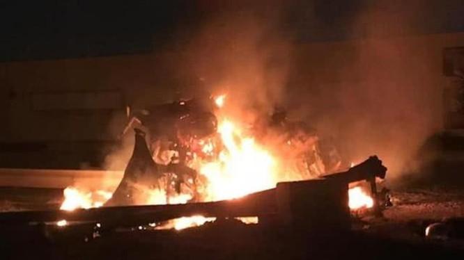 Chiếc xe chở tướng Soleimani và ba người cùng đi bị trúng hai quả tên lửa, cháy rụi (Ảnh: creaders.net).