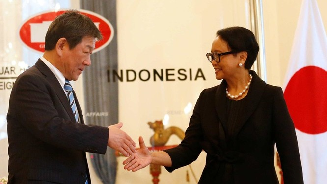 Ngoại trưởng Indonesia Retno Marsudi gặp Ngoại trưởng Nhật Toshimitsu Motegi hôm 10/1 (Ảnh: Reuters)