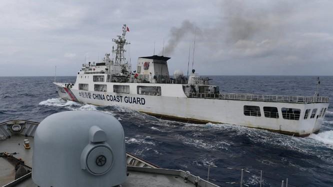 Tàu chiến Indonesia bám sát phía sau tàu cảnh sát biển Trung Quốc (Ảnh: Reuter/Đa Chiều)