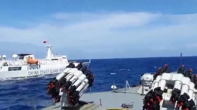 Tàu chiến Indonesia bám đuổi tàu hải cảnh Trung Quốc trên biển Bắc Natuna (Ảnh: Đa Chiều)