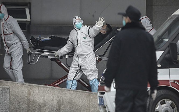 Dịch bênh lan nhanh, số ca nhiễm bệnh và số người tử vong ở Vũ Hán đang gia tăng chóng mặt. Ảnh: Nhân viên y tế đưa bệnh nhân vào bệnh viện Ngân Đàm cấp cứu (Ảnh: Getty)
