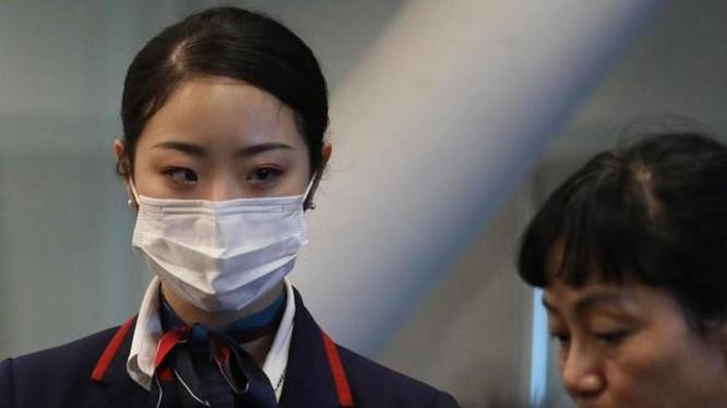 Nhân viên y tế kiểm tra thân nhiệt hành khách ở sân bay Manila (Ảnh: Getty)