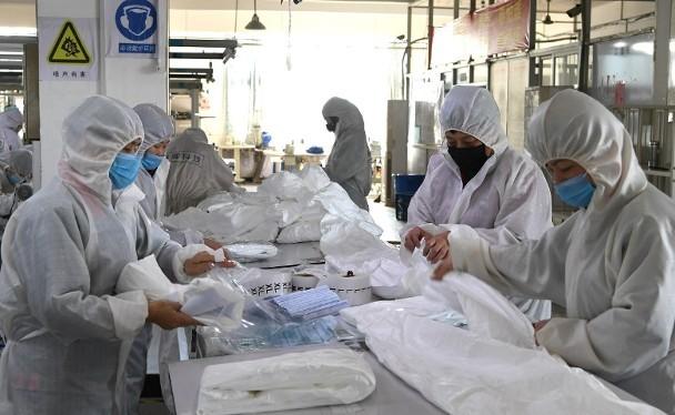 Để đáp ứng nhu cầu về nguồn hàng cung cấp, nhiều xí nghiệp vật tư y tế Trung Quốc đã phải sản xuất suốt dịp Tết (Ảnh: Đông Phương).