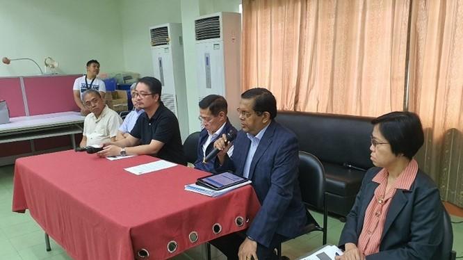 Đại diện WHO ở Philippines thông báo về tình hình dịch bệnh (Ảnh: Đông Phương)