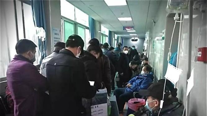 Số người nhiễm bệnh ở Vũ Hán và Hồ Bắc đã vượt con số 11 ngàn, nhưng các bệnh viện, cơ sở y tế đều đã quá tải (Ảnh: Đông Phương).