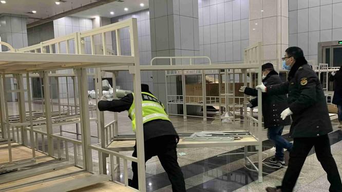 Do thiếu giường bệnh nghiêm trọng , đêm 3/2, thành phố Vũ Hán đã gấp rút xây dựng thêm 3 bệnh viện tạm với sức chứa 3.400 giường. Ảnh: bệnh viện đặt tại Trung tâm Triển lãm Vũ Hán (Ảnh: Đông Phương)