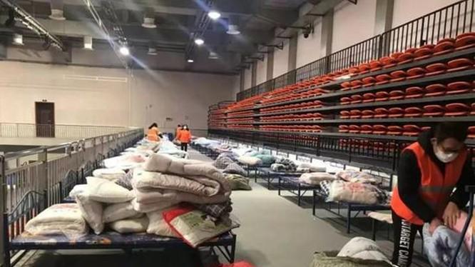 Trong 2 ngày 3 và 4/2, thành phố Vũ Hán đã lập thêm 11 bệnh viện tạm mới để thu nhận điều trị tập trung các bệnh nhân nhẹ đang phải cách ly tại gia đình (Ảnh: Guancha)