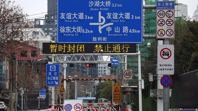 """Vũ Hán """"phong thành"""". hầm qua sông Dương Tử bị đóng cửa cấm mọi phương tiện qua lại. (Ảnh: Reuters)"""