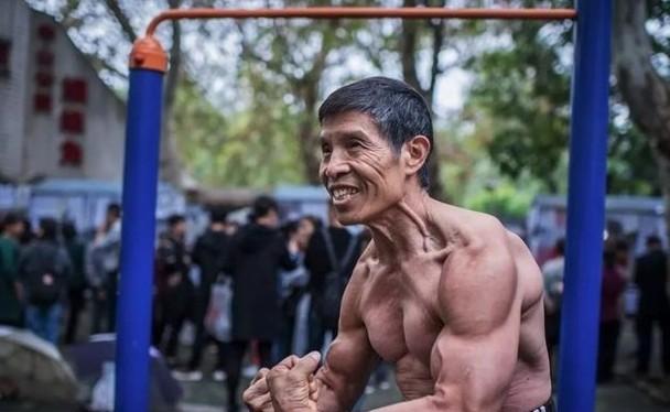 """Ông Khưu Quân, nhà vô địch thể hình Vũ Hán, người từng tuyên bố """"khôn biết bệnh tật là gì"""" đã qua đời vì viêm phổi cấp do virus Corona chủng loại mới (Ảnh: Đông Phương)"""