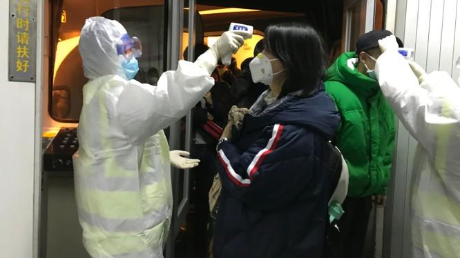 Hai người lãnh đạo cao nhất của ngành y tế tỉnh Hồ Bắc bị mất chức vì bị cho là chịu trách nhiệm về việc để dịch Viêm phổi do nCoV bùng phát và lây lan rộng (Ảnh: AP)