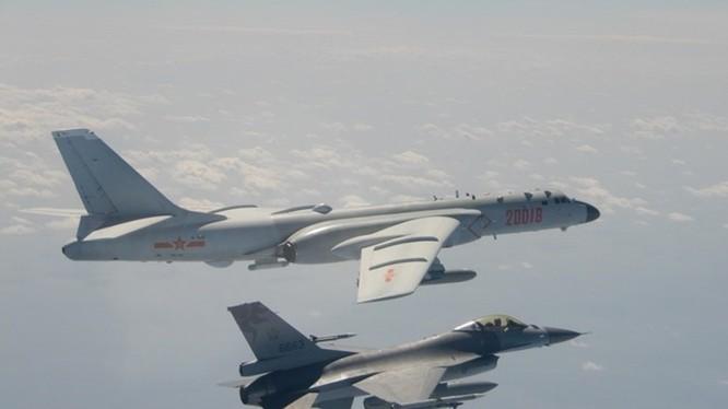 Máy bay F-16 của Đài Loan (dưới) áp sát máy bay H-6 của Trung Quốc hôm 10/2 (Ảnh: Đông Phương)
