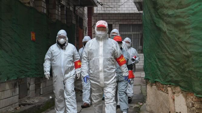 Thành phố Vũ Hán đang tiến hành rà soát, sàng lọc đến từng hộ để thu gom. cách ly điều trị bệnh nhân (Ảnh: Tân Hoa xã)