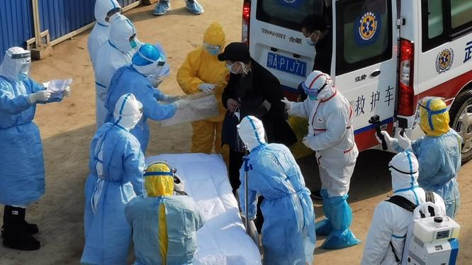 Số người bị bệnh và số ca tử vong ở Hồ Bắc tăng đột biến trong ngày 12/2 (Ảnh: Đa Chiều)