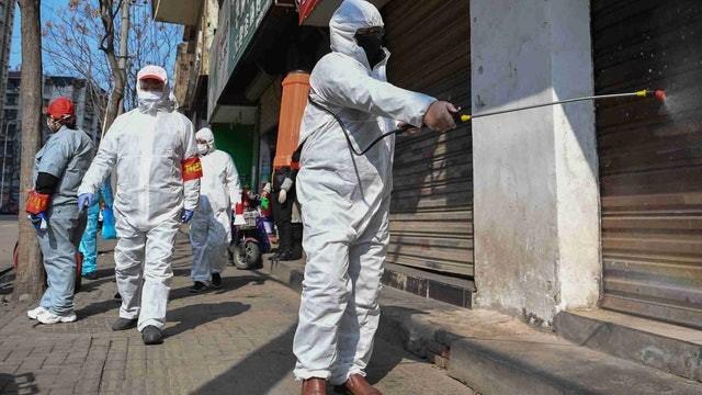 Các nhân viên y tế phun thuốc phòng dịch ở các nơi trong thành phố Vũ Hán (Ảnh: Tân Hoa xã)
