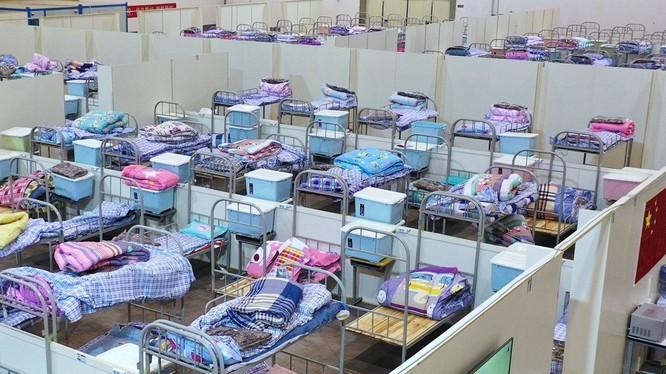 Vũ Hán ngày càng có thêm nhiều bệnh viện khoang vuông được đưa vào hoạt động để tiếp nhận điều trị cách ly những người bị bệnh nhẹ (Ảnh: Guancha)