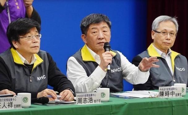 Bộ trưởng Y tế và Phúc lợi Đài Loan Trần Trung Thời (giữa) thông báo về ca tử vong đầu tiên vì COVID-19 ở hòn đảo này. (Ảnh: Đông Phương).