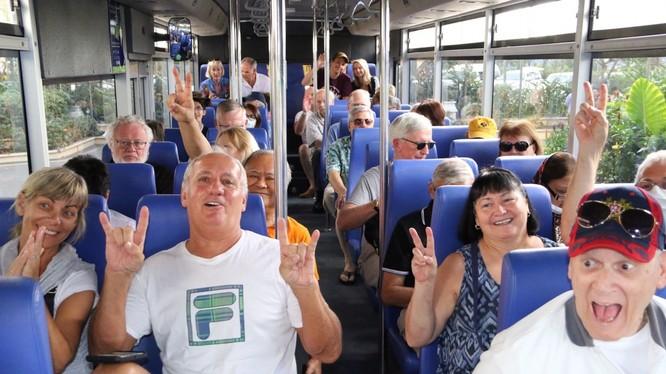 Hành khách trên tàu Westerdam tham gia đoàn du lịch xe bus tham quan Phnom Penh (Ảnh: AFP)