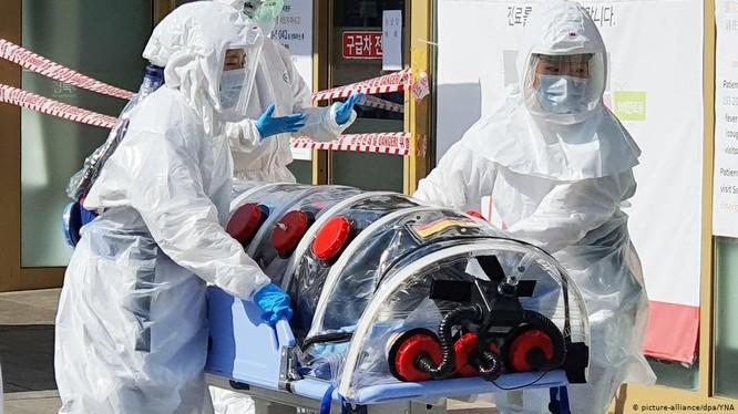 Cấp cứu bệnh nhân COVID-19 ở thành phố Daegu (Ảnh: DPA)