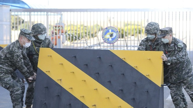 Quân đội Hàn Quốc đang phải đương đầu với cuộc tấn công của đại dịch vào cả ba quân chủng (Ảnh: Yonhap)