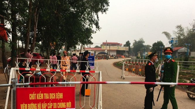 Chốt chặn lối ra vào Khu cách ly xã Sơn Lôi rất hiệu quả ở Bình Xuyên, Vĩnh Phúc (Ảnh: AP).