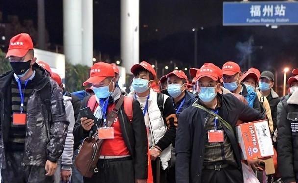 Trung Quốc đã tổ chức các đoàn chuyên xa để đưa đón người lao động quay trở lại làm việc (Ảnh: Đông Phương)