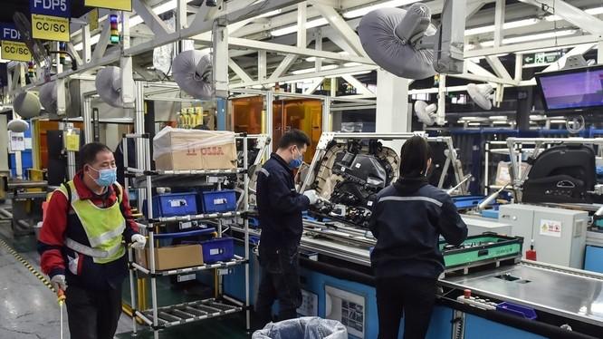 Công nhân Trung Quốc khử trùng máy móc sau khi phục hồi sản xuất sau hơn 1 tháng nghỉ do COVID-19 (Ảnh: Tân Hoa xã)