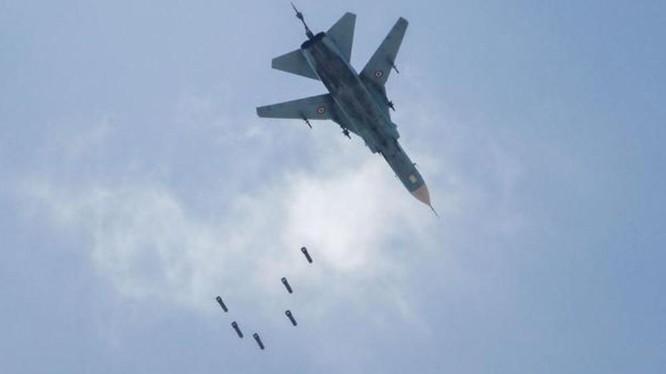 Máy bay Su-24 của quân đội chính phủ Syria ném bom trận địa phòng không của quân đội Thổ Nhĩ Kỳ (Ảnh: Sohu).