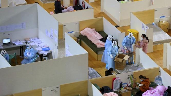 Bệnh viện khoang vuông ở Vũ Hán ngày càng có thêm nhiều giường trống do số bệnh nhân đã khỏi bệnh ngày càng nhiều, số bị bệnh mới ít đi (Ảnh: Reuters).