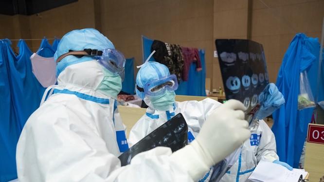 Trung Quốc tăng cường các biện pháp giám sát, quản lý đề phòng bệnh nhân xuất viện tái dương tính với nCoV (Ảnh: Đa Chiều).