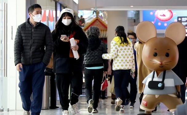 Trung tâm thương mại Hội Tụy (Bắc Kinh) mở cửa kinh doanh trở lại từ ngày 8/3; dư luận lo ngại việc tụ tập đông người sẽ khiến bệnh dịch lây lan (Ảnh: Đông Phương).