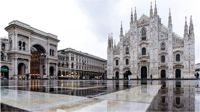 Quảng trường Nhà thờ lớn Milan vắng ngắt sau khi thực hiện lệnh phong tỏa (Ảnh: Getty).
