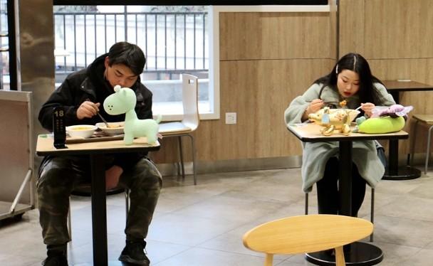 Một số địa phương ở Trung Quốc đã mở cửa trở lại dịch vụ ăn uống nhưng khách ăn phải kiểm tra thân nhiệt và ngồi riêng (Ảnh: CNS).