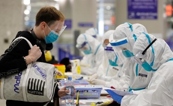 Trung Quốc chuyển trọng tâm phòng dịch sang siết chặt kiểm dịch đối với người từ nước ngoài nhập cảnh (Ảnh: Đông Phương).
