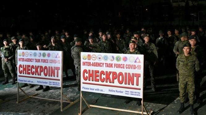 Hàng ngàn binh sĩ được triển khai vào thực hiện giới nghiêm Manila (Ảnh: Getty).