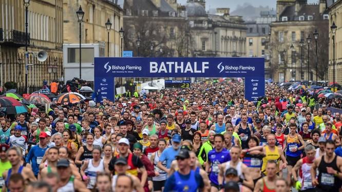 Trong lúc dịch bệnh đang hoành hành, ngày 15/3 Anh vẫn tổ chức giải Marathon ở Bathalf với hàng ngàn người dự, không ai đeo khẩu trang (Ảnh: AP).