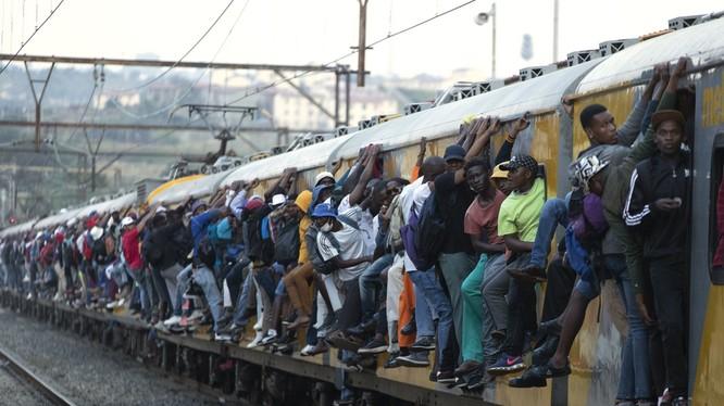 Dịch bệnh bắt đầu lan nhanh ở châu Phi. Giới quan sát cho rằng sẽ rất nguy hiểm nếu dịch bùng phát ở đây do hạ tầng cơ sở y tế yếu kém. Ảnh: người dân Nam Phi chen chúc nhau trên các đoàn tàu dù đã có lệnh hạn chế đi lại. (Ảnh: AP)