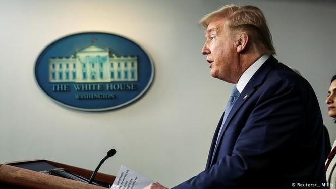 """Tổng thống Mỹ Donald Trump kiên trì bảo vệ quan điểm sử dụng cụm từ """"Virus Trung Quốc"""" để gọi virus Corona mới (Ảnh: Reuters)."""