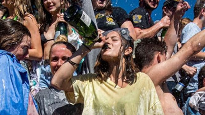 Trong lúc đại dịch COVID-19, giới trẻ nhiều nước phương Tây vẫn tụ tập vui chơi bất chấp lệnh cấm của chính quyền (Ảnh: Guancha).