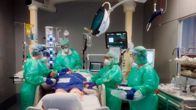 Các nhân viên y tế điều trị bệnh nhân trong phòng chăm sóc đặc biệt tại Bệnh viện Paggiovani Số 23 ở Bergamo ngày 17/3. (Ảnh: AP)