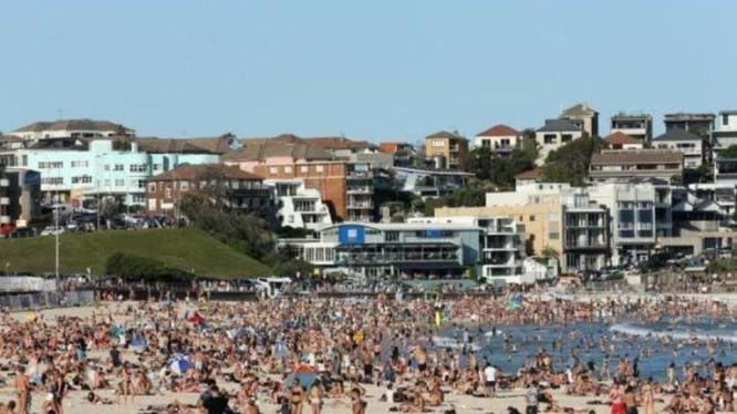 Bất chấp lệnh cấm tụ tập từ 500 người trở lên của chính phủ Australia, hàng ngàn người vẫn đổ ra bãi tắm ở Sydney (Ảnh: AFP).