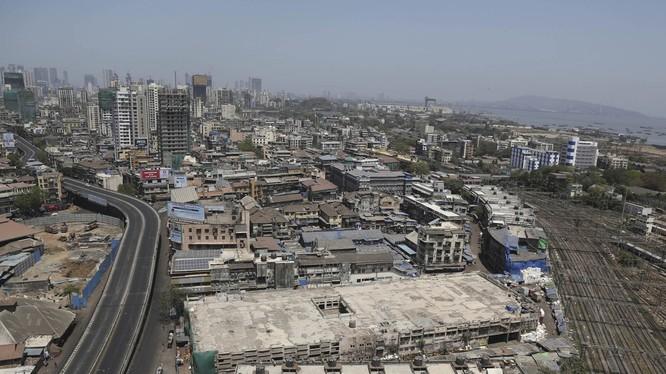 Thủ đô New Delhi của Ấn Độ thực hiện phong tỏa từ ngày 22/3. Trong ảnh: đường phố vốn rất náo nhiệt nay không có một bóng người (Ảnh: AP).