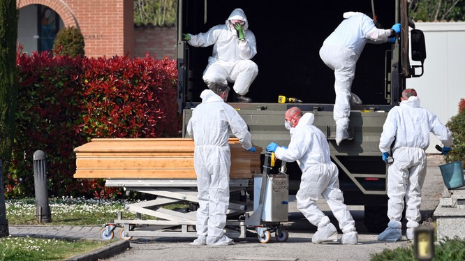 Số người chết vì COVID-19 ở Italy đang tăng rất nhanh. Trong ảnh: các nhân viên phòng dịch chuyển thi hài người chết đi xử lý (Ảnh: Đa Chiều).