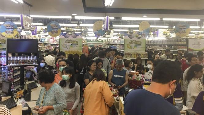 Dân chúng Myamar đổ xô đến các siêu thị mua vét hàng sau khi chính phủ công bố có 2 ca mắc COVID-19 đầu tiên (Ảnh: AP).