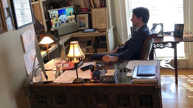 Ông Tredeau tham dự cuộc họp Hội nghị thượng đỉnh G7 trực tuyến từ căn phòng ở nhà có treo tranh của các con (Ảnh: Đa Chiều)