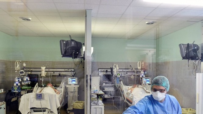 Dịch bệnh COVID-19 đang hoành hành ở khắp châu Âu (Ảnh: AP).