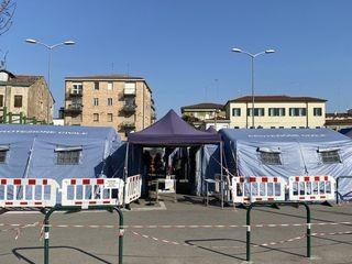 Số người bệnh quá nhiều, nhiều nơi ở Italy phải dựng lều ngoài trời để có chỗ chứa (Ảnh: Tân Hoa xã)