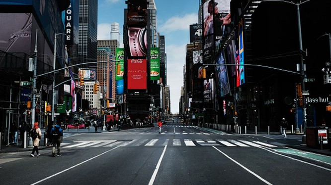 Đường phố New York vốn nhộn nhịp nay vắng vẻ do thực thi lệnh phong tỏa (Ảnh: AP).