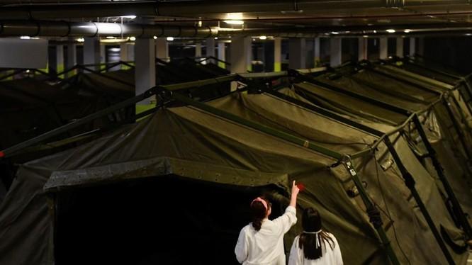 Hạ tầng cơ sở y tế của Tây Ban Nha thiếu thốn, quân đội đã được huy động dựng lều bạt để làm nơi chứa bệnh nhân (Ảnh: AP).