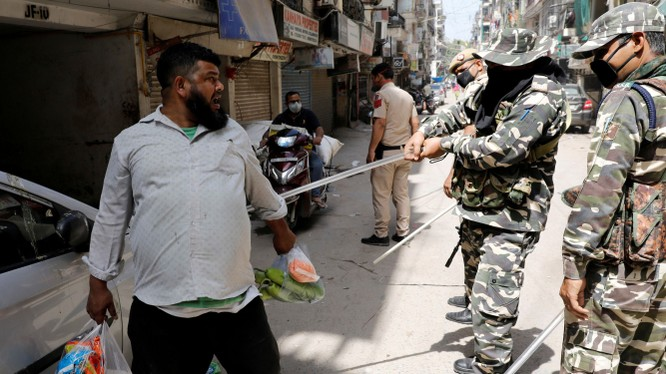 Cảnh sát Mumbai quất roi trừng phạt người vi phạm lệnh cấm ra khỏi nhà (Ảnh: Getty).