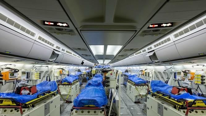 Đức hỗ trợ Italy cứu chữa bệnh nhân nặng. Trong ảnh: Đức cải tạo máy bay khách A-321 thành bệnh viện bay chở người bệnh từ Italy sang để cứu chữa (Ảnh: AP).